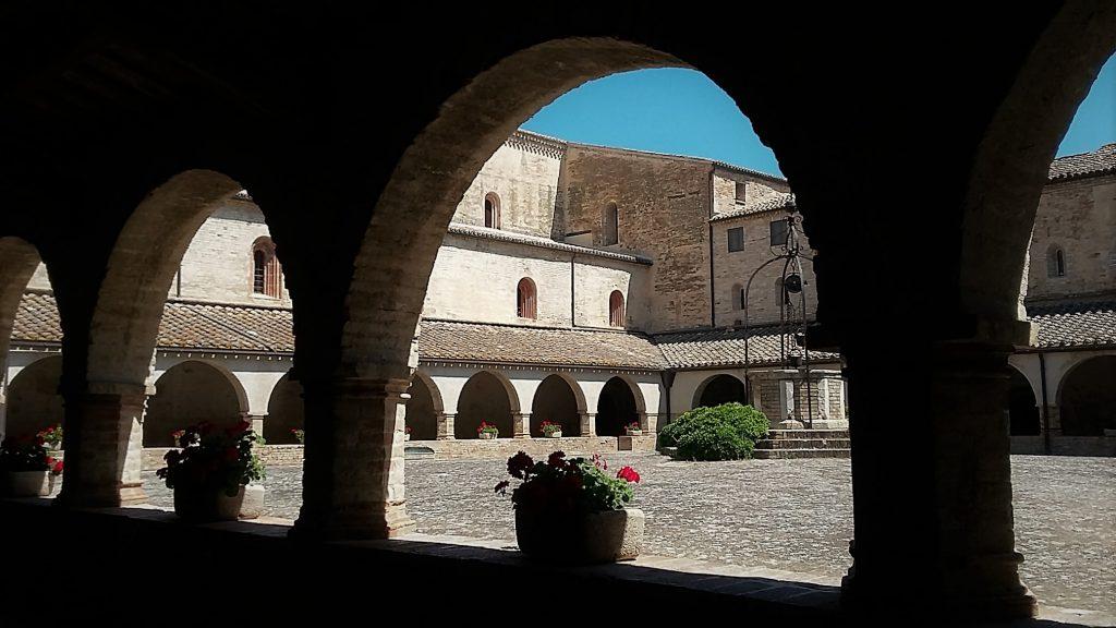 Chiostro dell'abbazia di Fiastra