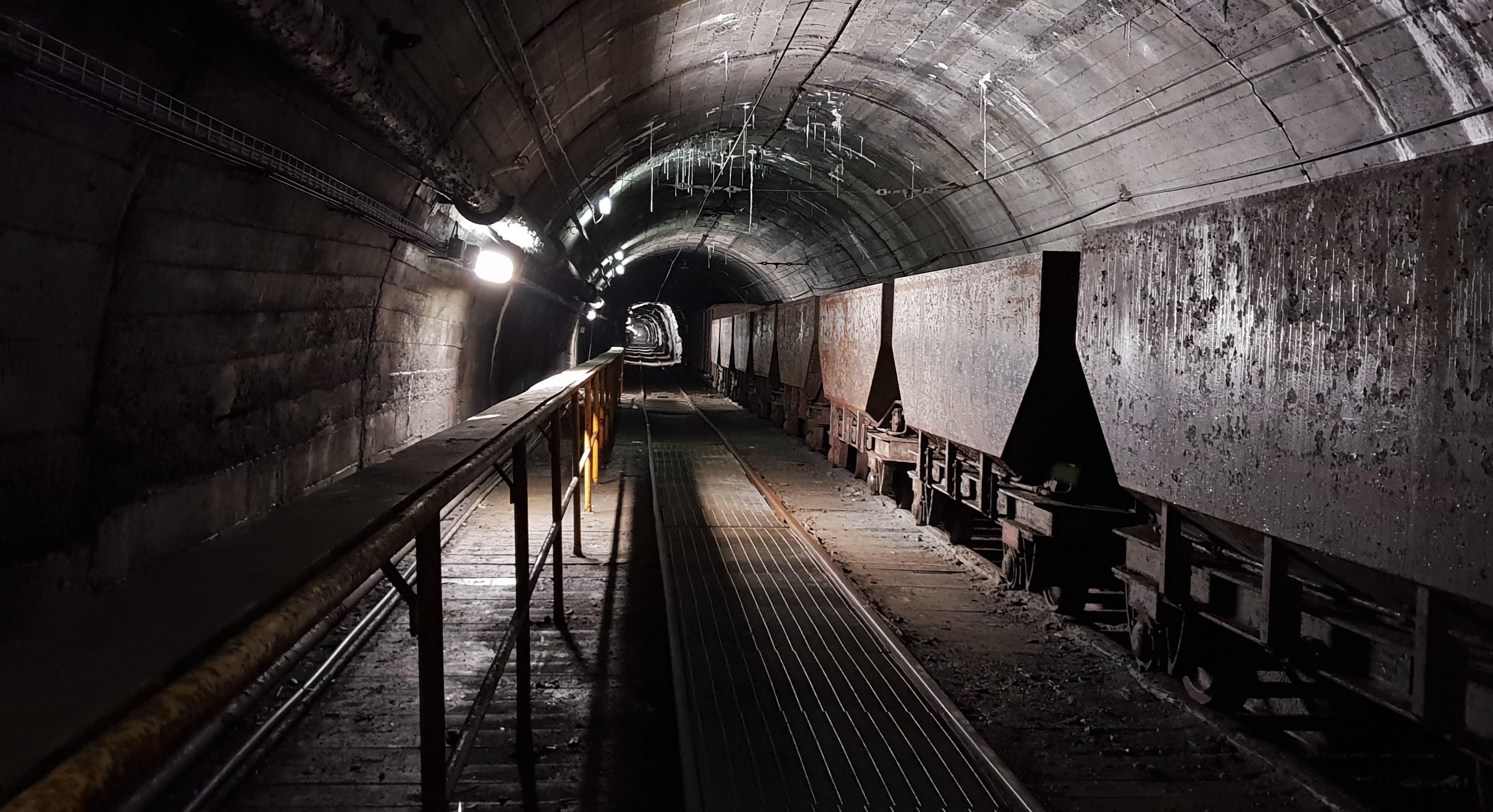 galleria con vagoni miniera cogne