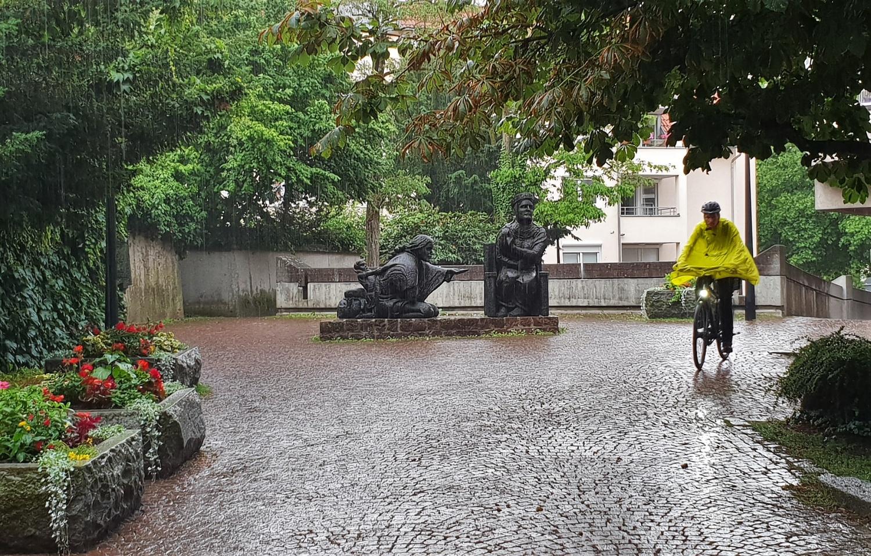 ciclista sotto la pioggia