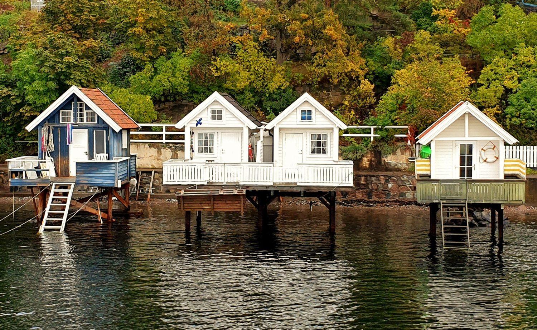 Ammirare le antiche case sul fiordo