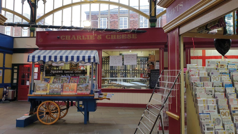 Fare acquisti vintage al mercato di Stockport