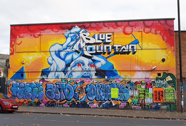 Murales colorato ingresso stokes croft