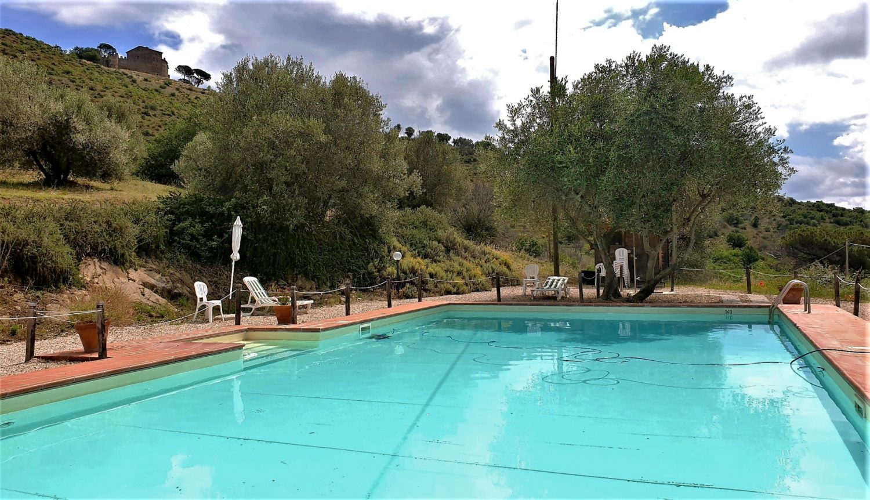 la piscina dell'Antico Casale di Montegualandro