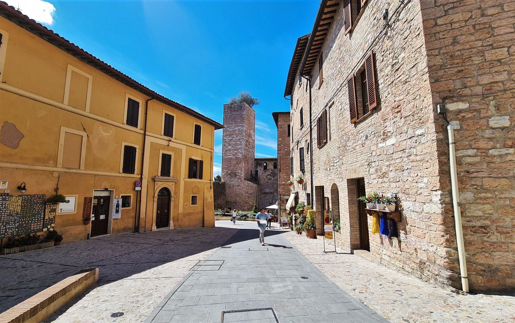 Passeggiata in centro a Spello in Umbria