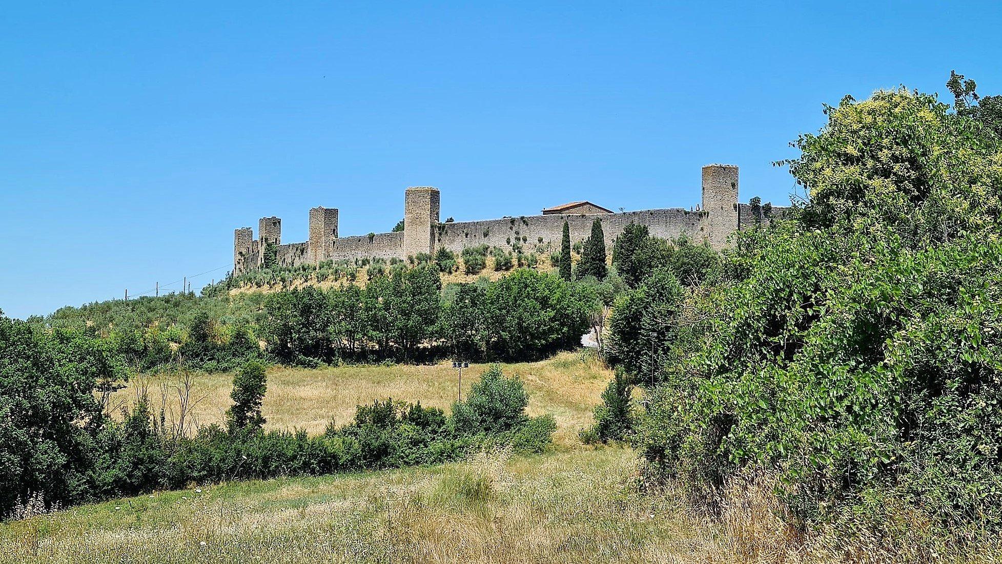 Camminare sulla cinta muraria di Monteriggioni