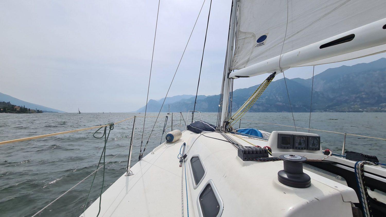 Come organizzare un giro in barca a vela sul Garda