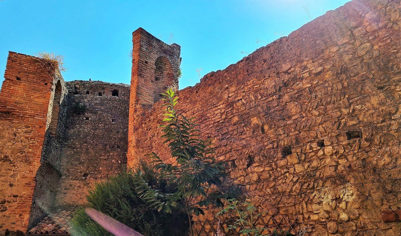 Le mura di Castelvetro